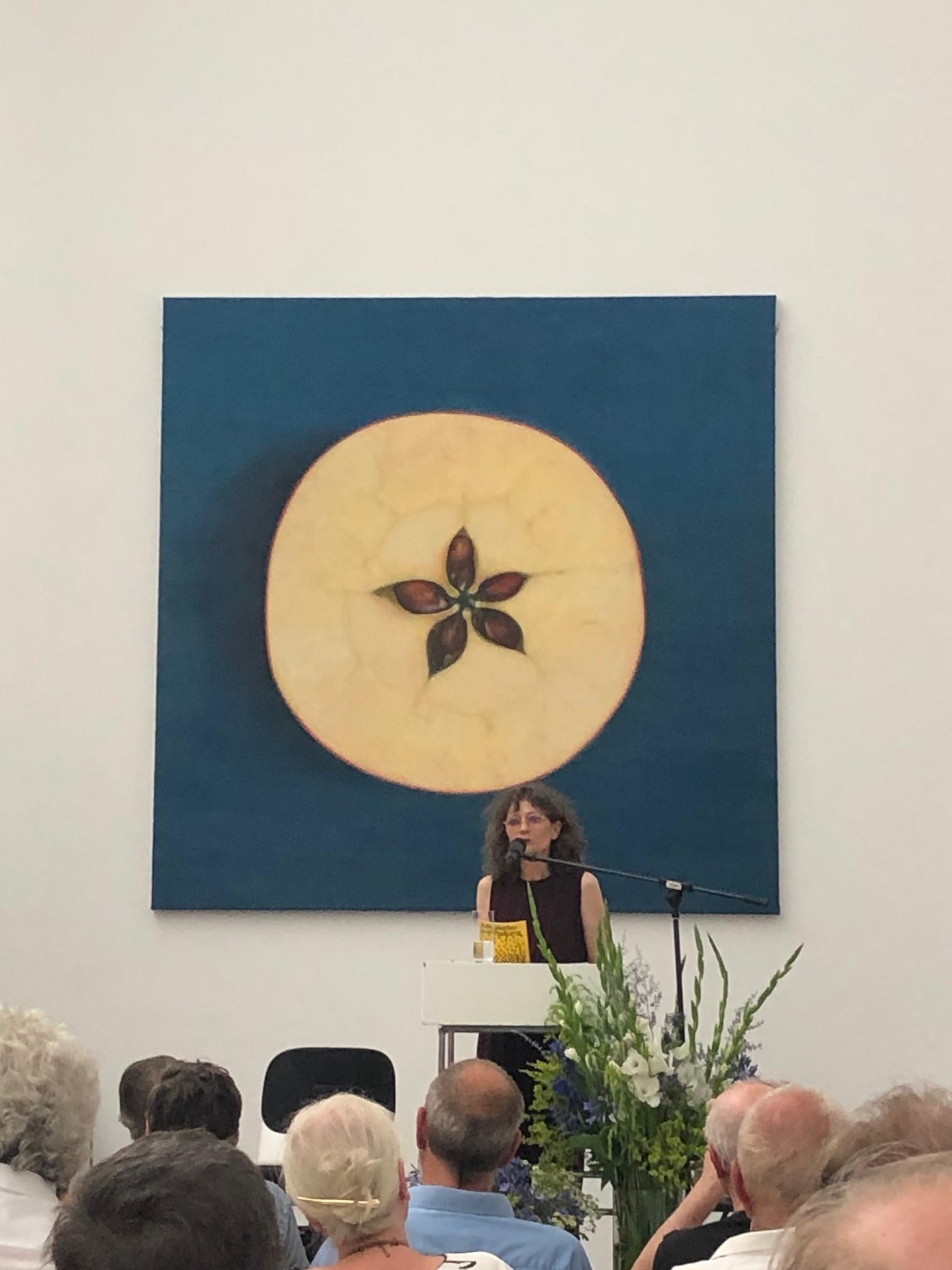 Eröffnung der Jubiläumsfeier des HDKV vor dem Gemälde von Antje Majewski