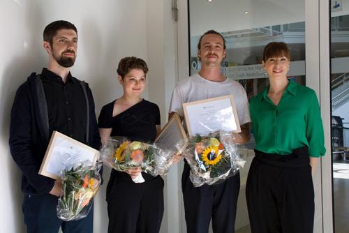 Die ersten drei Preisträger Florian Genzken (2.v.r.), Carmen Schaich (2.v.l.) und Daniel Wrede (ganz links) mit Annika Greuter, der Kuratorin der Ausstellung